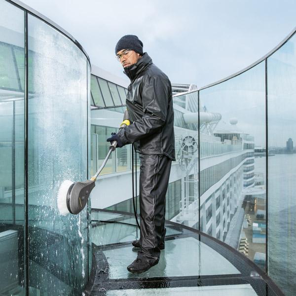 نظافت شیشه های فرودگاه