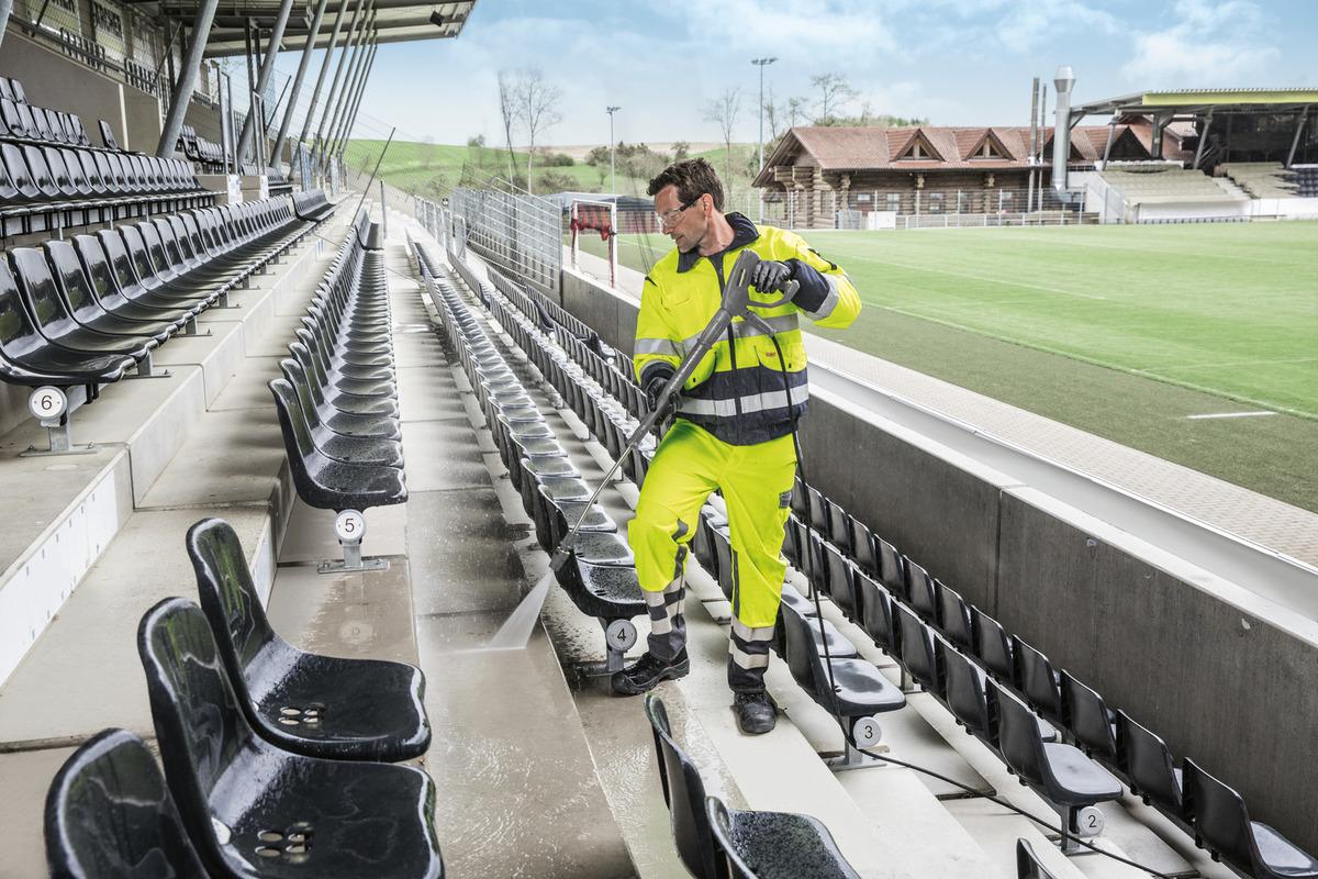 نظافت صندلی های استادیوم